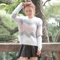 条纹针织毛衣搭配百褶皮裙