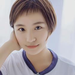 可爱短发造型的学生妹子