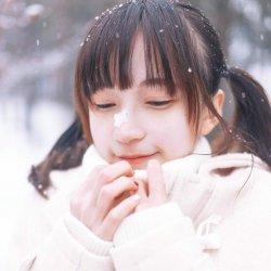 冬天里雪地里玩雪的可爱女生图片