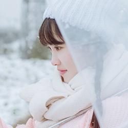 卡哇伊可爱女生雪地粉嫩装图片
