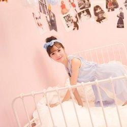 粉嫩房间微笑可爱女生图片