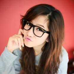 带眼镜的俏皮清纯女生图片