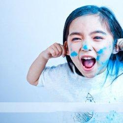 可爱色彩涂鸦小女孩快乐笑容
