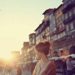 女生一个人孤独背影失落图片