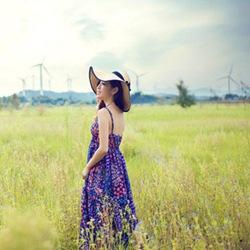 碎花裙遮阳帽美女草地春游照片