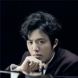 才华明星李云迪弹钢琴照片