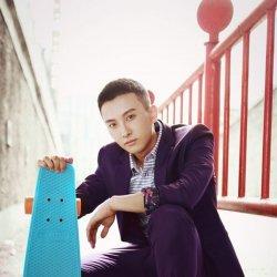 帅气男生牛骏峰西装配滑板