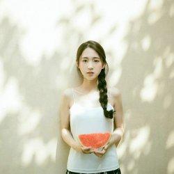 夏天吃西瓜的麻花辫可爱女生图片