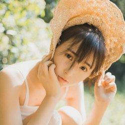 夏日树林中带草帽的可爱女生