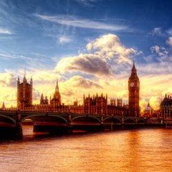 夕阳下的美丽城市风景图片