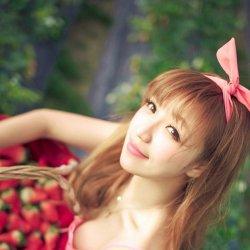 摘草莓的粉可爱萌妹子女生