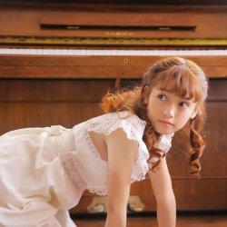 钢琴文艺女生爱笑的萌妹子