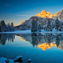 宁静唯美的湖泊和山峰风景图片