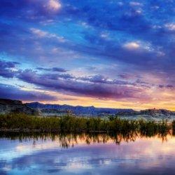 夕阳下美丽倒影的湖泊风景