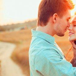 欧美情侣夕阳下KISS爱情图片