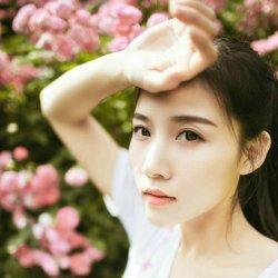 玫瑰花下的可爱女生图片照片