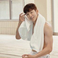 韩国帅哥南柱赫泳池肌肉照片