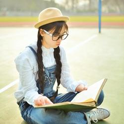 可爱草帽背带裤校园女生
