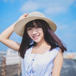 蓝天下桥上的快乐少女