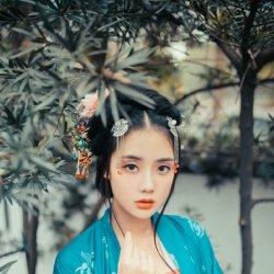 古装少女花园里唯美照片