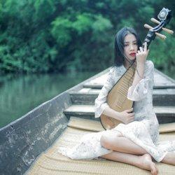 琵琶美女江中船上唯美写真