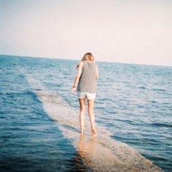 女生想念一个人难过图片