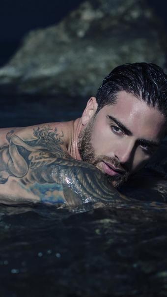 游泳的纹身肌肉帅哥