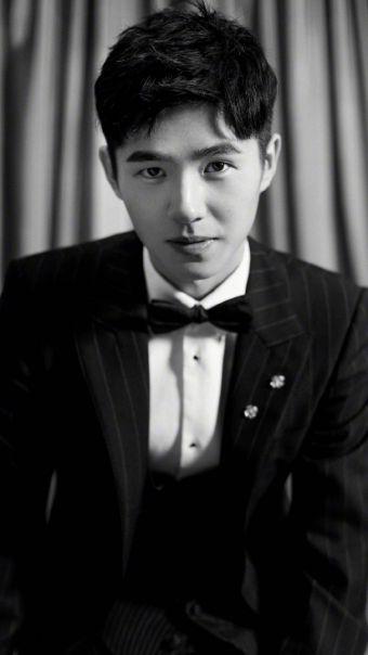 刘昊然黑白写真