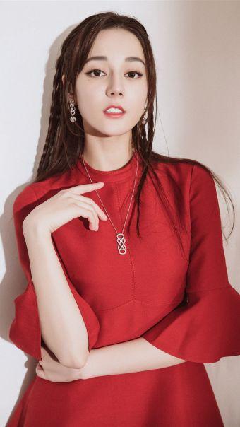 迪丽热巴红裙写真